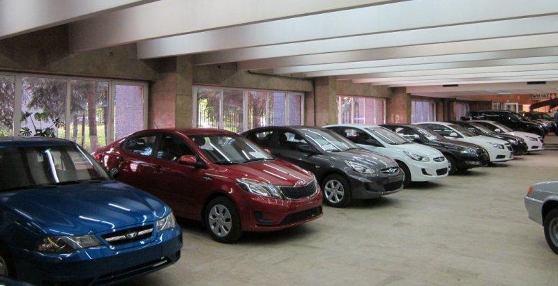 В РФ становится менее автомобильных салонов