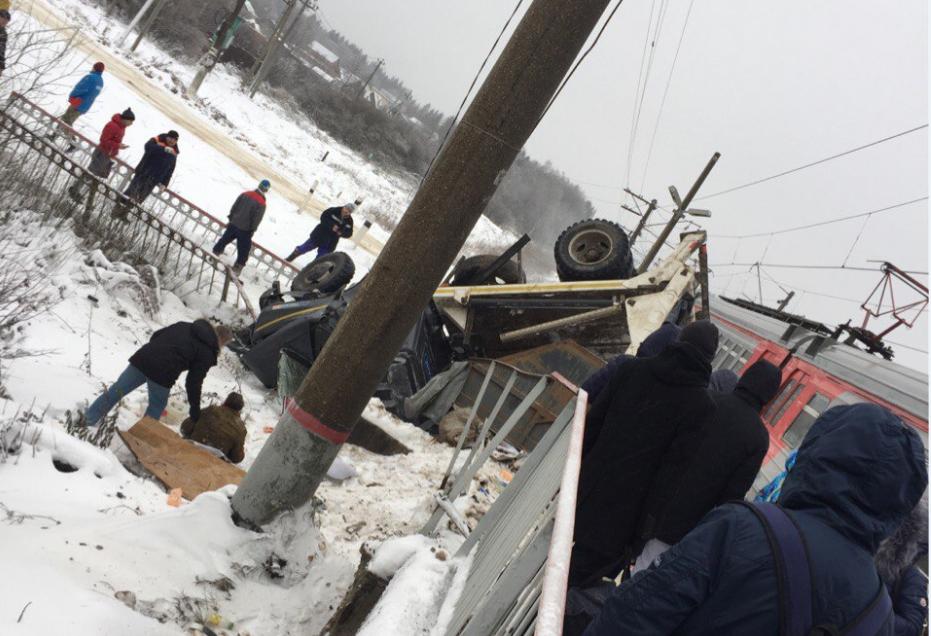 Шофёр мусоровоза пострадал вДТП сэлектричкой напереезде вПодмосковье