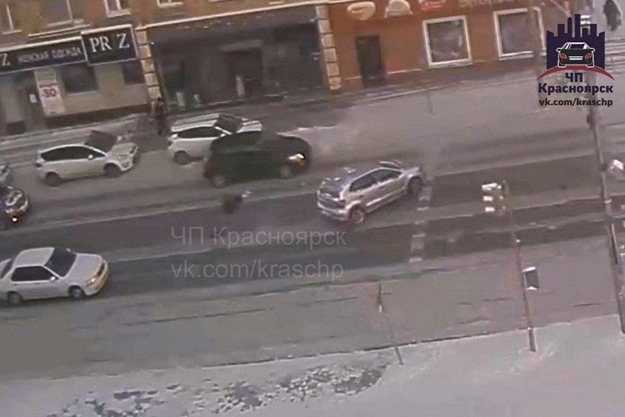 Автомобиль Тойота сбил перебегавшую дорогу девушку— ДТП вКрасноярске