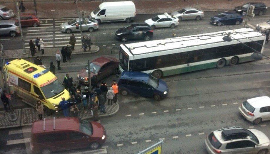 Автобус снес 2 легковушки наЛиговском