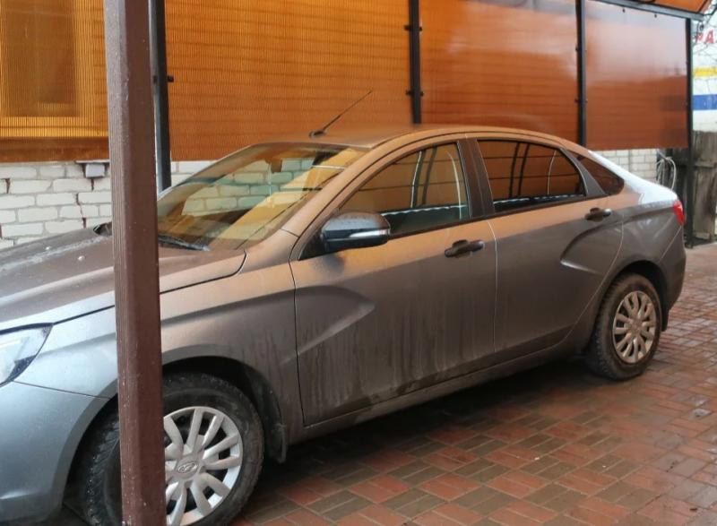 Проблема «Весты» после грунтовки — грязный кузов. Фото: «Яндекс.Дзен»-канал «Авто-Маньяк»