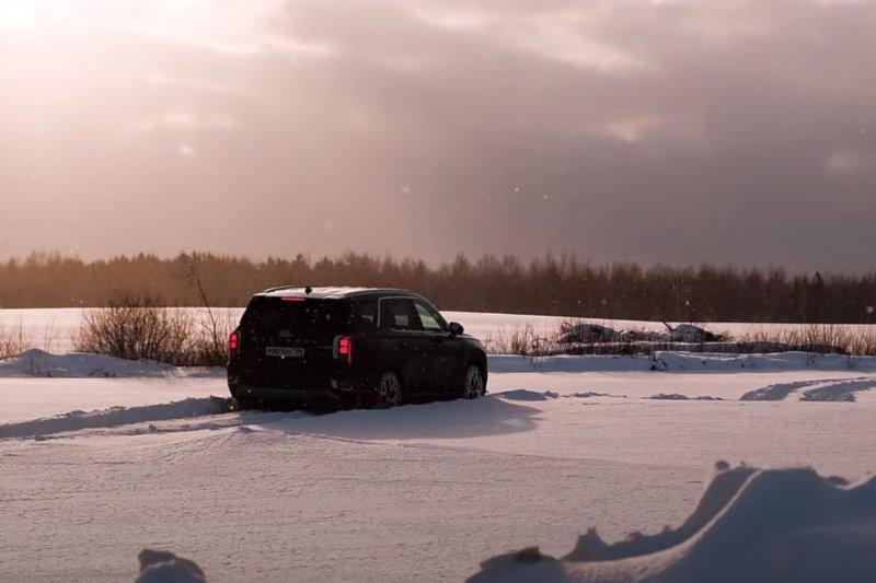 Hyundai Palisade в снегу. Кадр: YouTube-канал «Игорь Бурцев»
